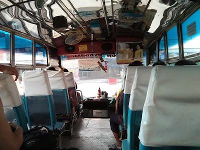 Ponte de ônibus para atravessar a ponte da amizade entre Tailândia e Laos