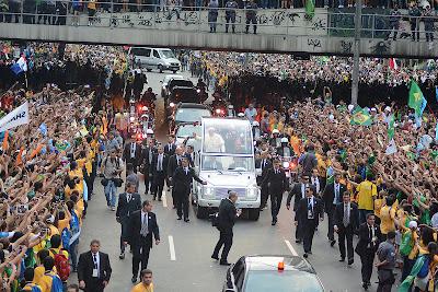 #JMJRio2013: Emoção leva fiéis às ruas do Rio para acolher o Papa Francisco