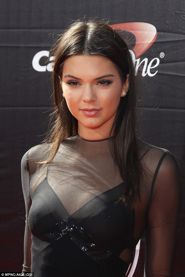 Photos Kendall Jenner Got A Nipple Piercing