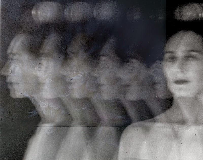 photographie noir et blanc longue exposition pause longue technique d'art contemporain . Longue exposition en noir et blanc , femme dédoublée , femme à la pomme . Photographie de Vanessa Lekpa