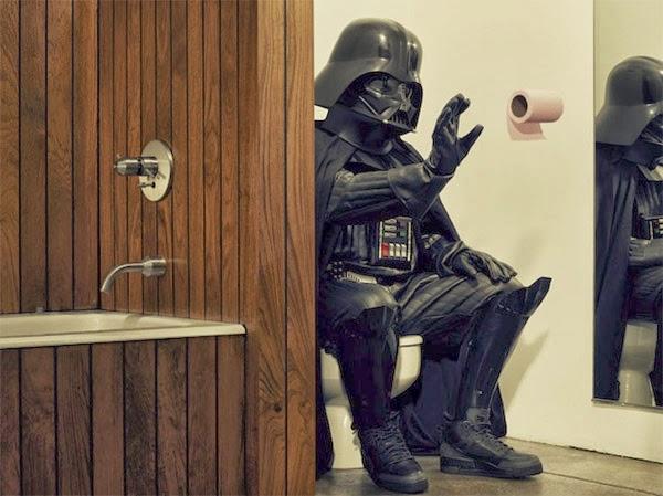 Cosplay Darth Vader aux toilettesutilisant la force pour déplacer un rouleau de PQ
