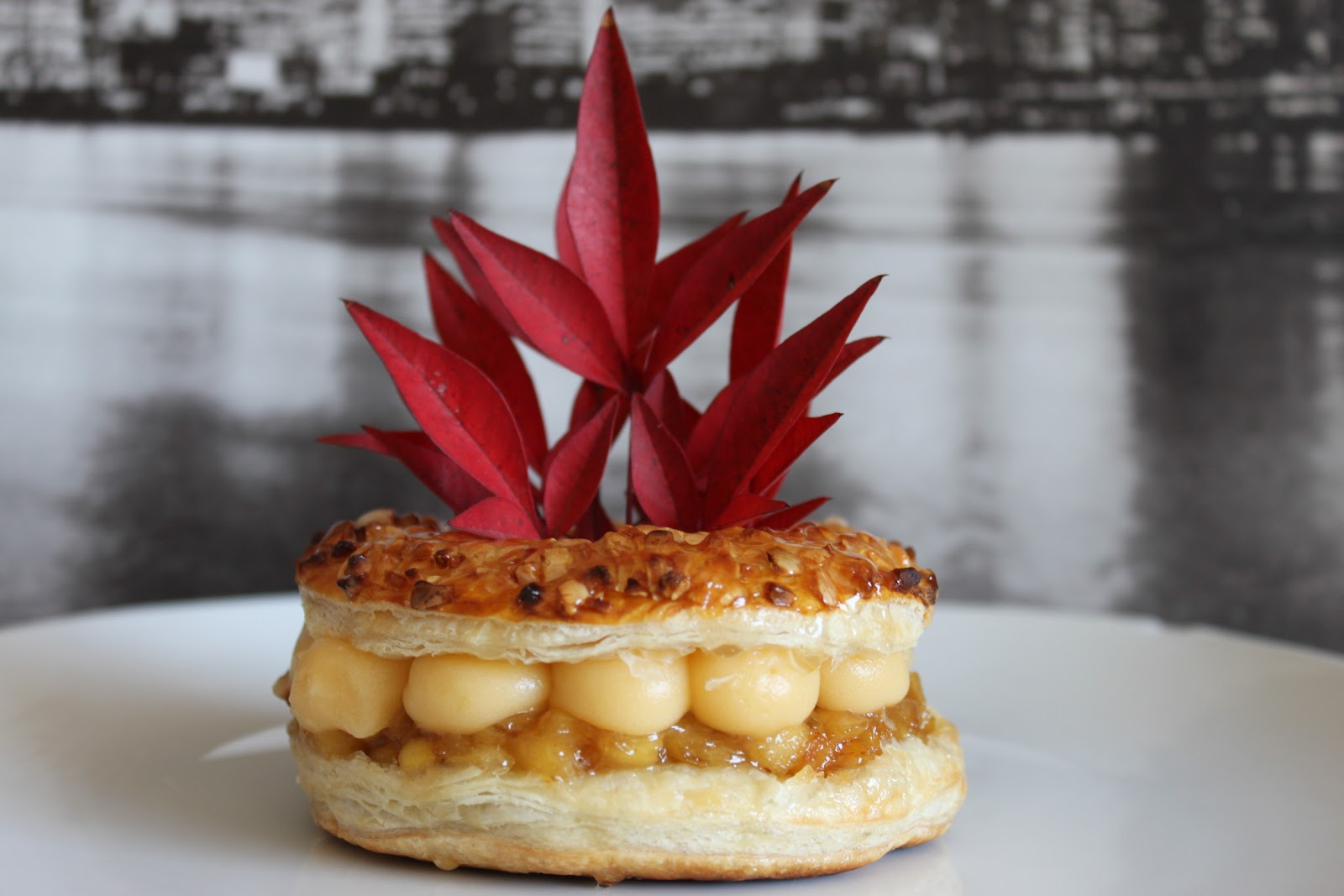 Mini roscon de hojaldre almendrados, compota de manzana y crema catalana