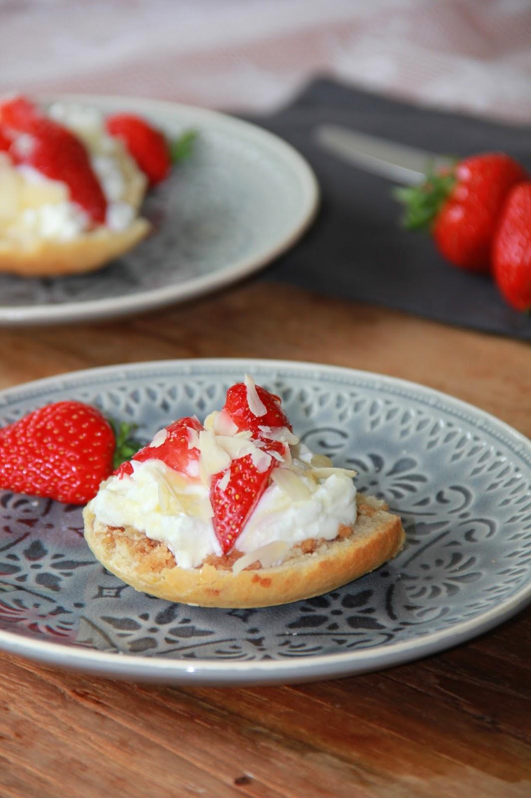 Paasstol met griekse yoghurt, aardbeien en amandelschaafsel - www.desmaakvancecile.com