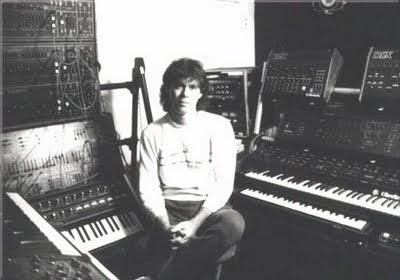 Steve Roach en su estudio Timeroom de Culver City en 1986 rodeado de parte del equipo utilizado en la grabación de Empetus