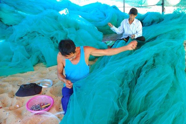 Cảnh đan lưới ở làng chài Xuân Hải, Sông Cầu, Phú Yên