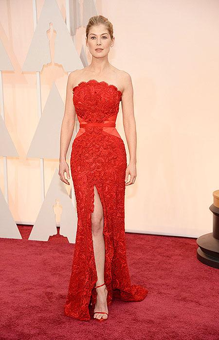 Розамунд Пике в червена рокля от дантела на Оскари 2015
