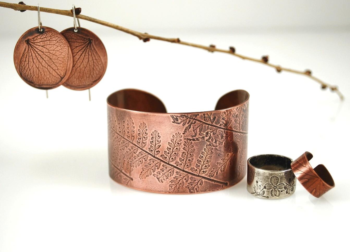 http://1.bp.blogspot.com/-vnQ31A35EHY/TeuBGzayb1I/AAAAAAAAAx0/N2ttapXc_n0/s1600/Tigerlillyshop+Pressed+Nature+Jewelry.JPG