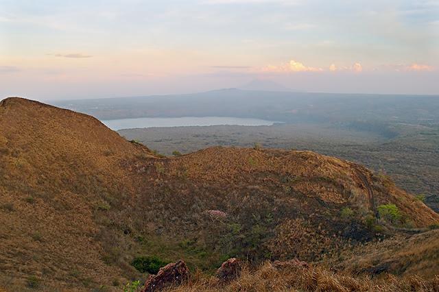La vue du volcan Masaya en direction du volcan Mombacho