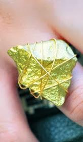 http://conideade.com/blog/como-hacer-un-anillo-dorado-con-una-piedra-y-alambre-de-aluminio/782