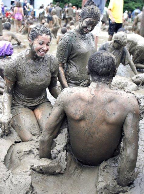 என்ன அசிங்கம் இது பாருங்கள். Mud+Day+celebration+%2810%29
