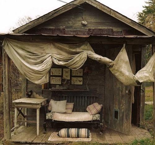 Amores bohemios...: cabañas de madera perdidas en medio del bosque....