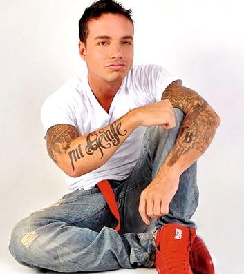 J Balvin mostrando su tatuaje