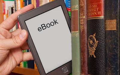 FOTO: Um leitor de livro digital entre livros - IMG contém direitos autorais