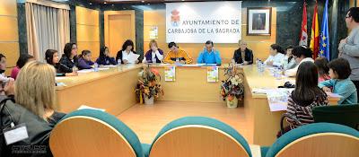 asamblea en Ayuntamiento niños con alcalde y concejales