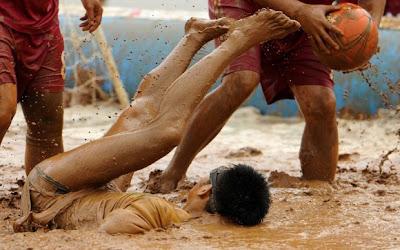 Piala Dunia Bola Sepak Lumpur 2012 di China (9 Gambar)