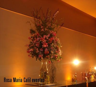arranjo floral rosa e verde, vaso vidro, mesa vidro