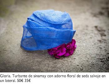 Turbante de sinamay azul con adorno floral de seda salvaje