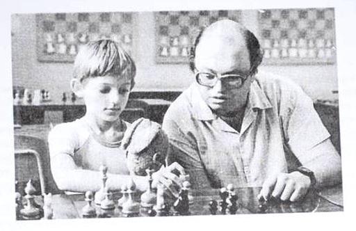 Le futur grand-maître russe Alexander Grischuk à 8 ans - aujourd'hui dans le Top 10 mondial - photographié en 1992 au club d'échecs de Moscou avec son entraîneur Maxim Blokh, l'auteur d'un de mes livres favoris intitulé les motifs combinatoires.