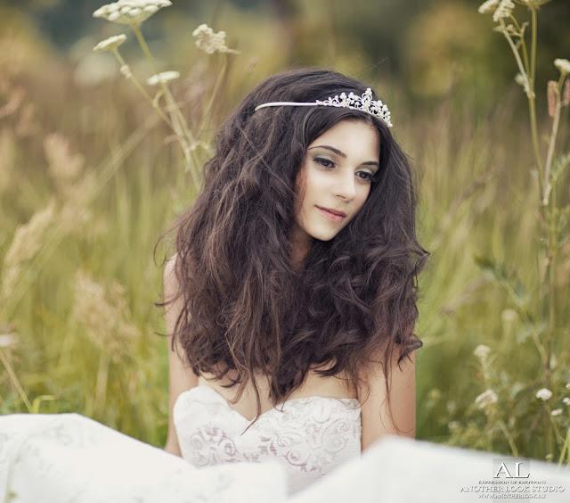 красивая фотосессия девушки в поле и тканях