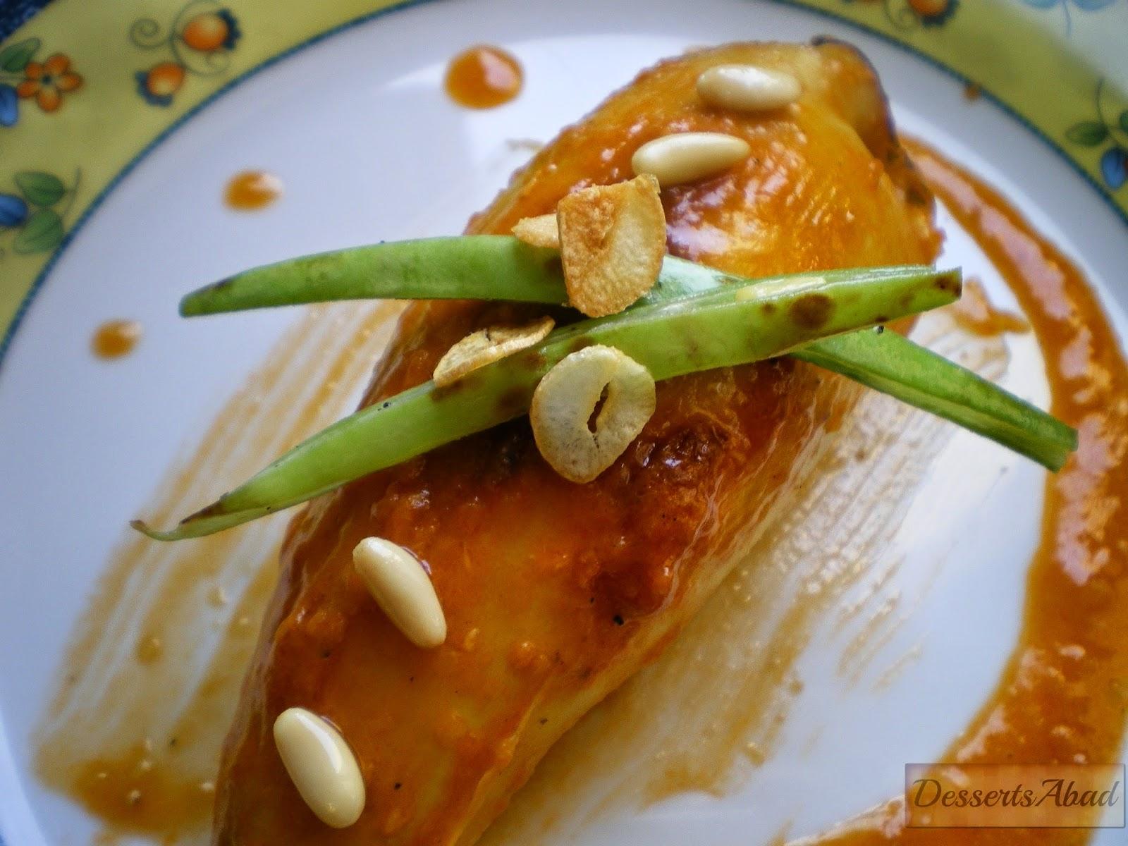 Calamares rellenos de arroz, pasas y nueces con salteado de judías