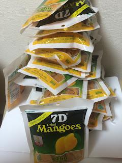 グローバルマーケティングの成功事例:フィリピンのお土産の定番 7Dのドライマンゴー山積み写真