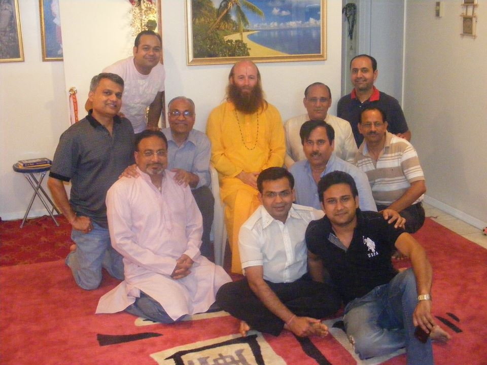 Disciple of Jagadguru Kripaluji Maharaj teaching Bhagavad Gita chapter 1 to devotees