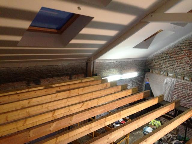 la grange qui deviendra loft les poutres de l 39 tage sont pos es. Black Bedroom Furniture Sets. Home Design Ideas