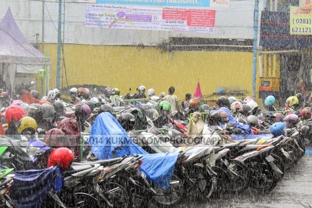 Hujan Di Parkiran