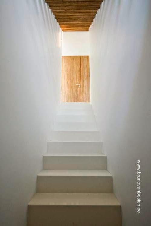 Escalera interior hacia la planta superior