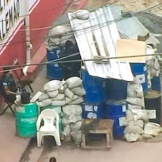 Trincheiras e pontos fortificados para policiais no RIO