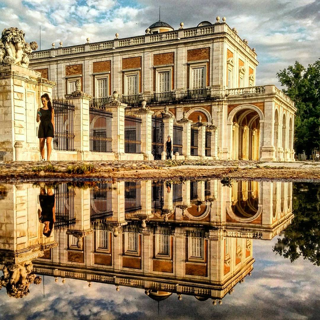 16-Royal-Palace-of-Aranjuez-Guido-Gutiérrez-Ruiz-The-World-Reflected-in-Photographs-of-daily-Life-www-designstack-co