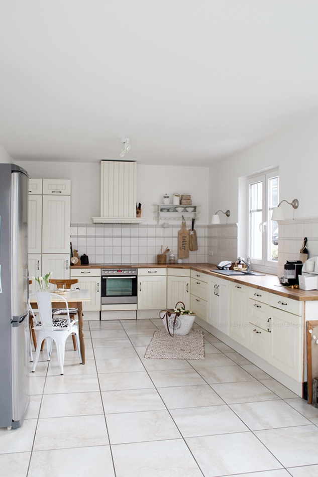 Küchenüberblick nach der Renovierung in weiß mit Holzaccessoires