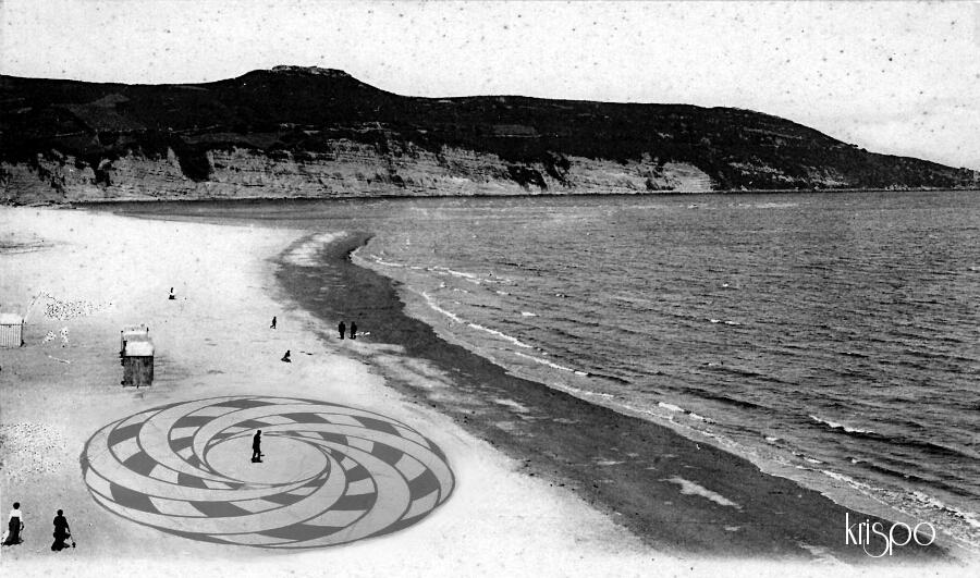 fotografia antigua de la playa de hondarribia retocada con un dibujo en la arena