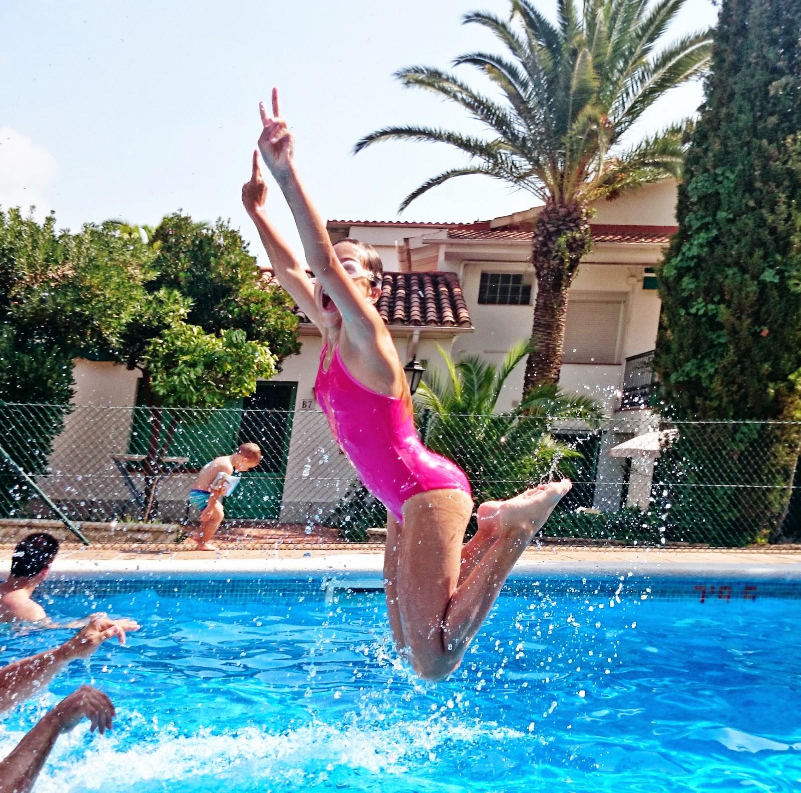 super zdjęcie,skok do wody,złapać moment skoku do wody,profesjonalne zdjęcie,palmy,artystyczne zdjęcia w ruchu,Barcelona,blog lifestyle