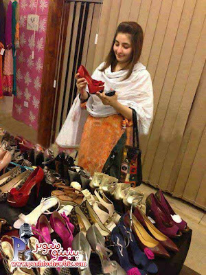 Best Pashto Singer Gul Panra New Pic the Time is Shopping