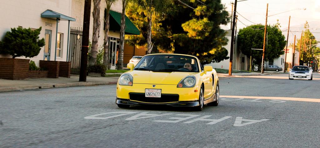 Toyota MR2, sportowy roadster z Japonii, MK3, przeróbki, mody, tuning, jak wygląda, żółta, gleba, nisko