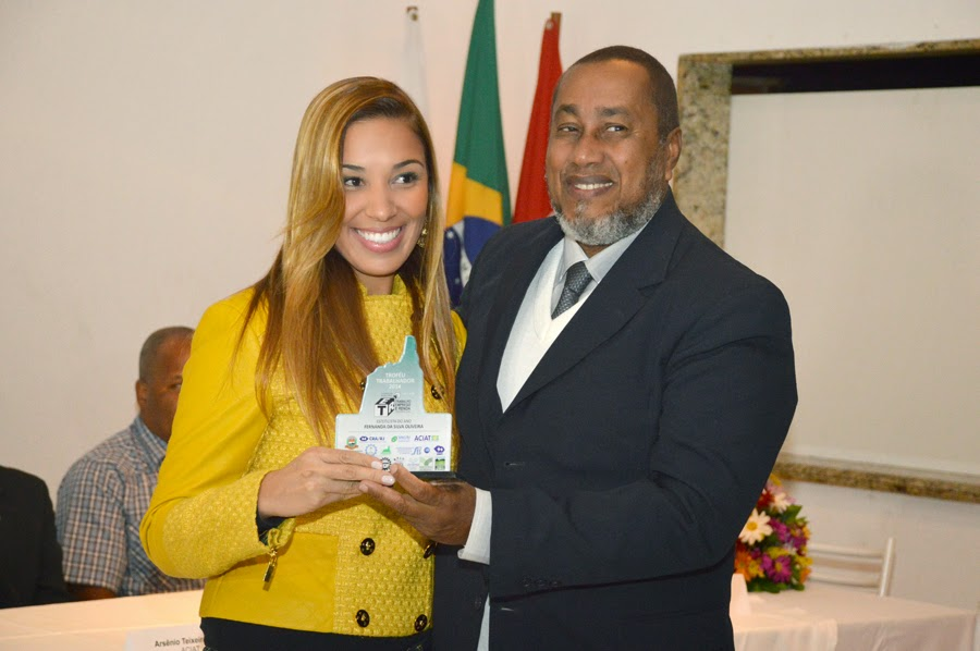 A fisioterapeuta Fernanda Oliveira recebeu o troféu das mãos do diretor da Cetepro, Péricles Itamar