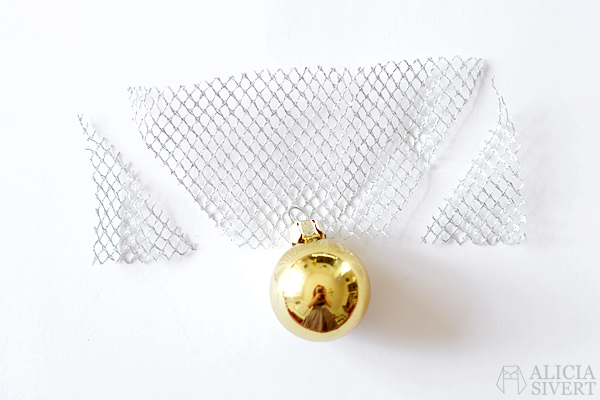 DIY the Golden Snitch and Flitwick's flying keys garland, tutorial by Alicia Sivertsson, 2015. Harry Potter Halloween party idées, hogwarts, key, tulle, organza, lace, do it yourself, magic, skapa, skapande, kreativitet, fest, harry potterfest, den gyllene kvicken, flitwicks flygande nycklar, förtrollat, förtrollad, förtrollade, alicia sivert, aliciasivert, tyll, spets, julgranskula, julgranskulor, julkula, julkulor, christmas ornament, christmas ornaments, spare key, nyckel, nycklar, how to, gör det själv, pictorial