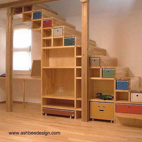 Diseño de mueble bajo escalera para almacenar en el hogar
