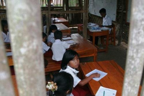 penyebaran guru PNS-nya belum merata, makanya ada daerah yang justru kurang guru