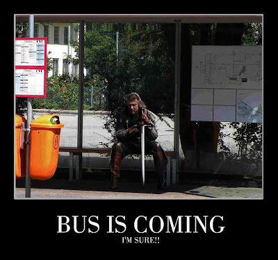 Eddard Stark redefiniendo el lema de su casa mientras espera el bus, Bus is coming