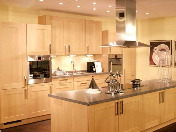 European kitchen design the kitchen design for Kitchen color ideas with light brown cabinets