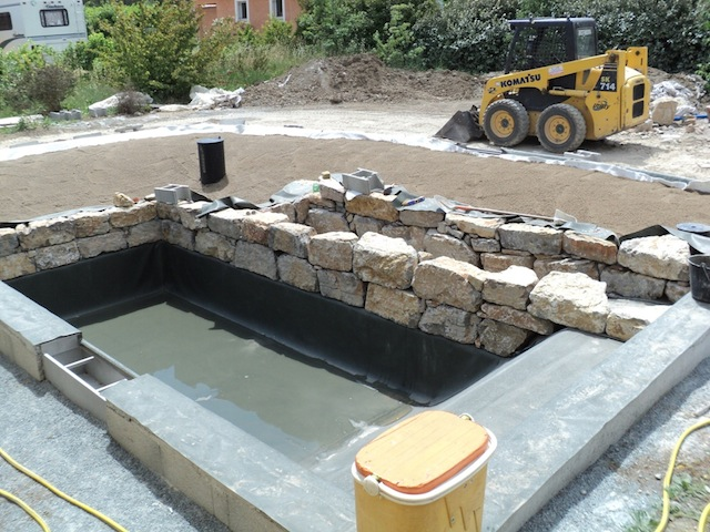 Piscine naturelle en r gion paca 3 les tapes d 39 une for Construire sa piscine naturelle