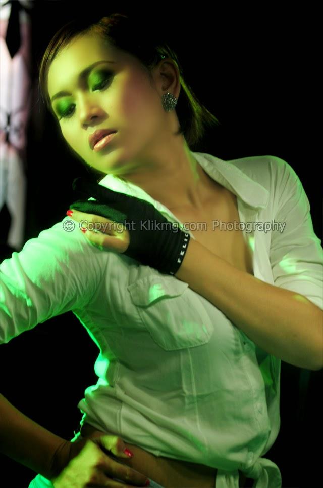 Gadis Billyar Seksi Berbalutkan Lampu Warna Warni, Foto oleh Klikmg4 Fotografer Purwokerto