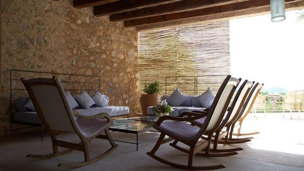 terraza con sillas mecedoras