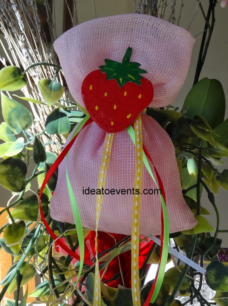 Christening pouch favor handmade hand painted strawberry ribbons Μπομπονιέρα βάπτισης πουγκάκι χειροποίητη φράουλα ζωγραφική μαγνητάκι κορδέλες
