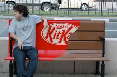 Рекламная скамейка швейцарской компании Nestle стилизированная под шоколадные плитки Kit-Kat