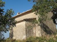 Vista de la part nord i est de la capella de Barnils on s'aprecia el ràfec a la catalana