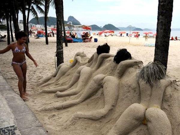 Esculturas de arena de mujeres en la playa de Copacabana