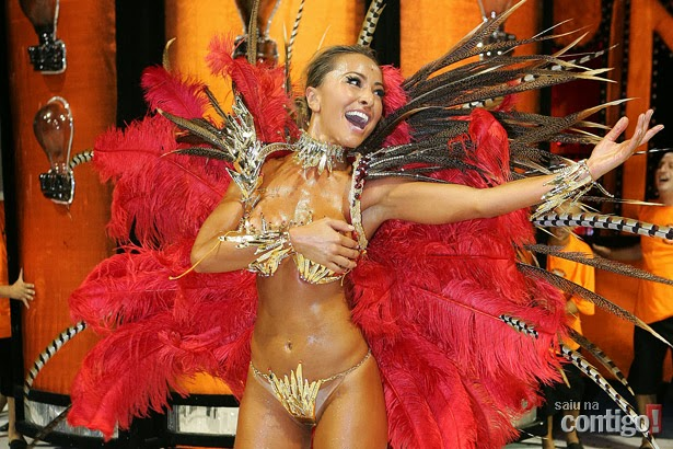 Sabrina Sato parading in Samba School Hawks of loyal
